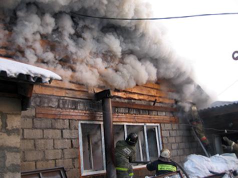 Вчера в Омске сгорел домик-магазин