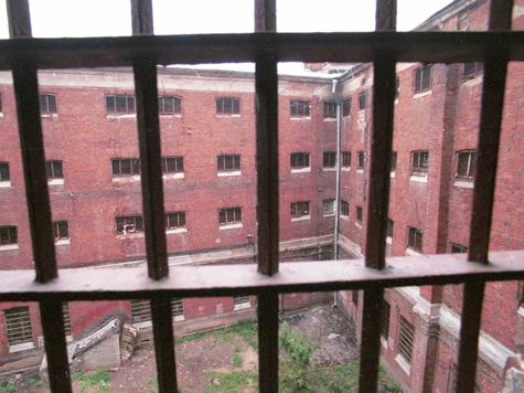 Экс-руководитель школы ДОСААФ в Москве сядет в тюрьму на шесть лет за фиктивный ремонт, который обошелся учебному заведению в семь миллионов рублей