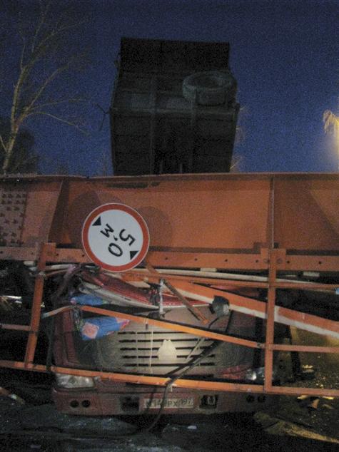 Водитель грузовика обрушил на себя мост по забывчивости