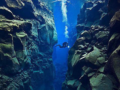 Британский водолаз сделал чарующие подводные фотографии, которые показывают растущий разрыв между двумя гигантскими тектоническими плитами