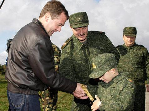 Александр Лукашенко подарил наследнику газовое оружие