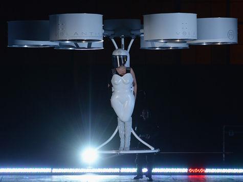 Lady Gaga явила миру «летающее платье»