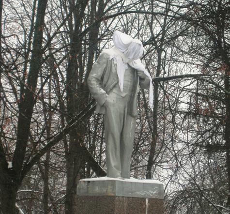 Ленина свергли с пьедестала второй раз за год