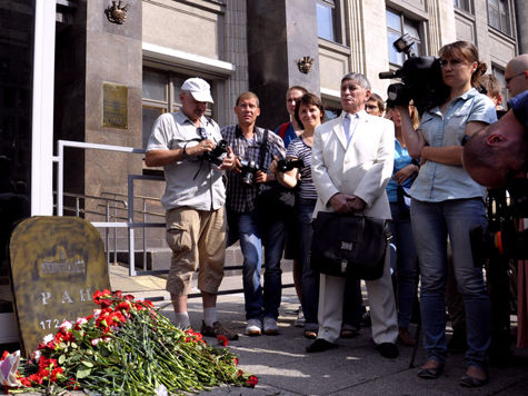 У Госдумы с надгробием и свечами оплакали Академию наук