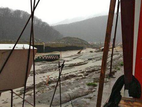 Часть насыпной дамбы, отделяющей вахтовый поселок от реки Мзымта под Сочи, была смыта сильным дождем