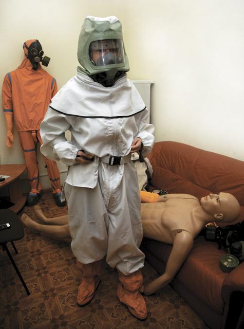 А вот выпуск защитных комбинезонов и противогазов для детей в России прекращен