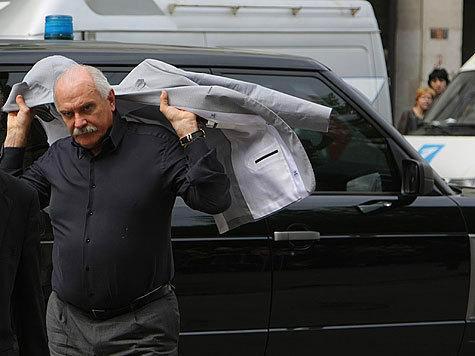Многие водители-очевидцы, которые наблюдали за маневром, утверждают, что за рулем иномарки сидел именно скандальный режиссер