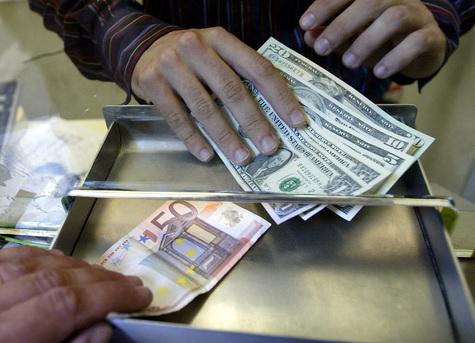 Пункт обмена валюты, где систематически практиковались обсчеты и фальшивомонетничество, накрыли на днях милиционеры на Ярославском вокзале
