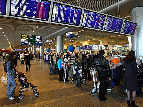 """Несколько пассажиров из-за случившегося в """"Домодедово"""" изменили даты вылетов из Москвы"""