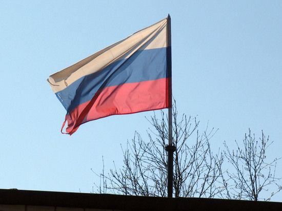 Над крымским парламентом гордо взвился российский триколор