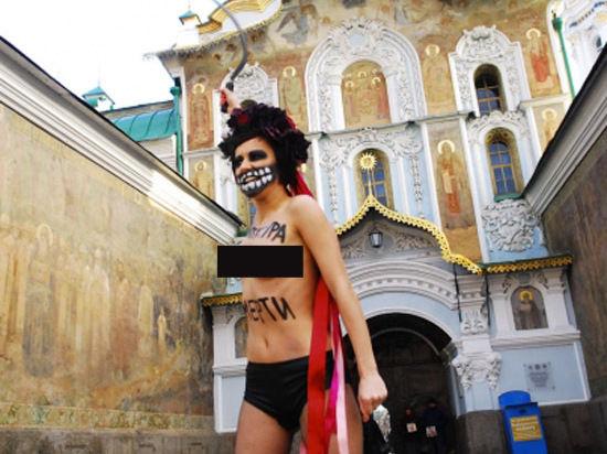 АктивисткаFemen разделась у Киево-Печерской лавры, призвав наказать «диктатора Януковича»