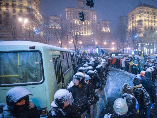 Баррикады в Киеве строят из отобранных у журналистов автомобилей
