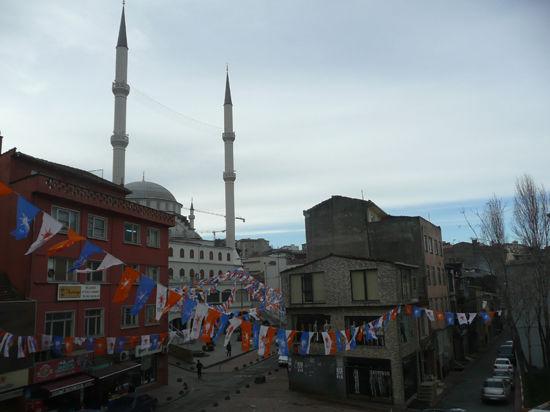 Глава турецкого правительства ополчился против социальных сетей и политических противников