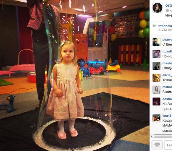 Дочь Кристины Орбакайте и внучку Аллы Пугачевой Клавдию спрятали на дне ее рождения в мыльный пузырь