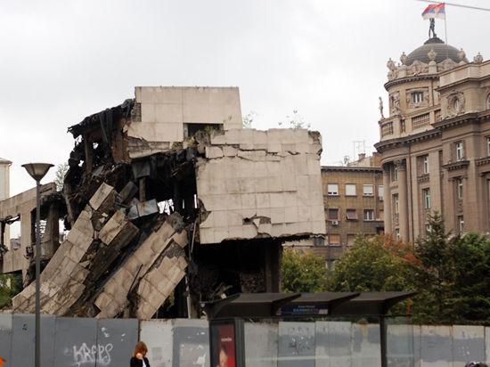 Сербы спорят о судьбе полуразрушенных при бомбардировках НАТО зданий в центре Белграда
