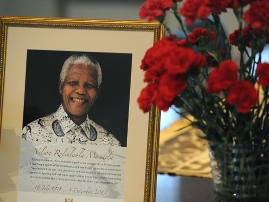 На церемонии прощания с Манделой американский и кубинский лидеры обменялись улыбками и короткими репликами
