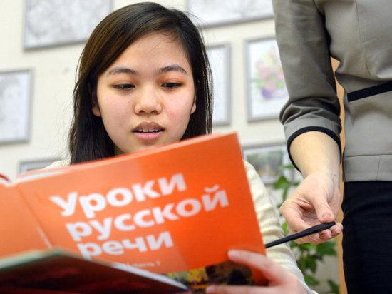 Сенатор Владимир Слуцкер хочет заставить мигрантов сдавать тест на знание русского языка