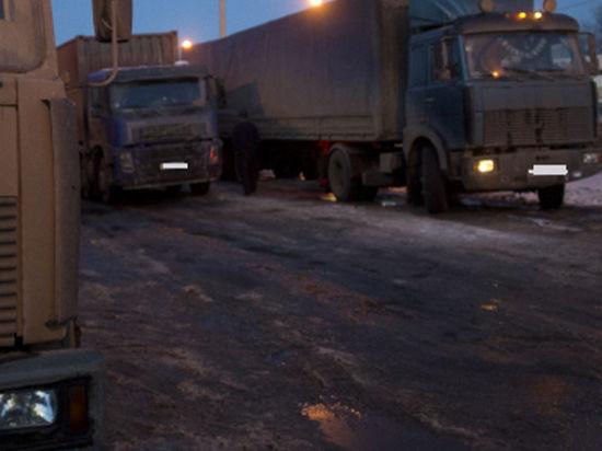 Буксующие на обледенелой дороге фуры парализовали МКАД