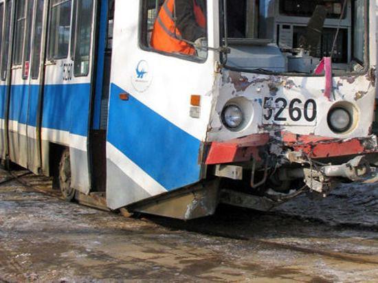 При столкновении столичных трамваев пострадали двое пассажиров
