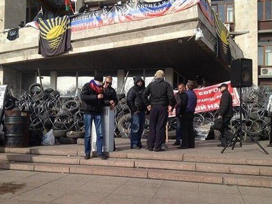 Сотни активистов дежурят у администрации Донецка, ожидая штурма