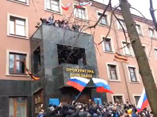 Аваков: протестующие Харькова освободили здание ОГА. В Луганске и Донецке продолжается блокада