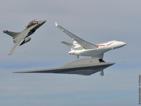 Впервые беспилотник смог пролететь два часа рядом с пилотируемыми самолетами
