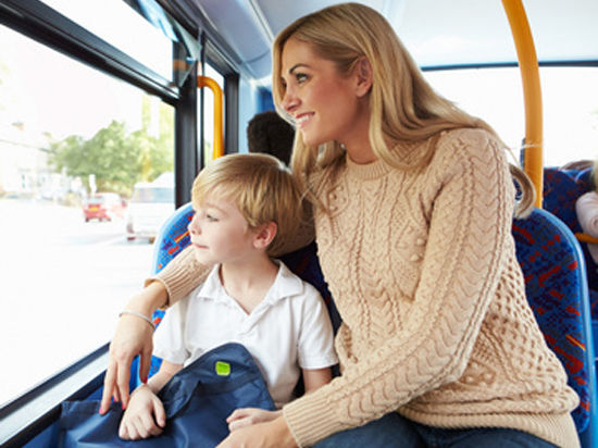 Малышам в автобусах разрешат ездить на родительских коленках даром