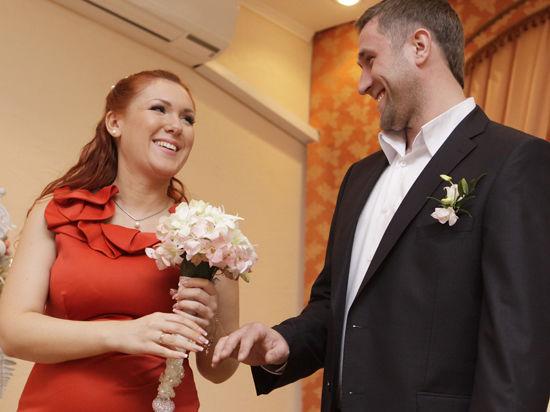 Брак, заключенный до 25 лет, ломает людей