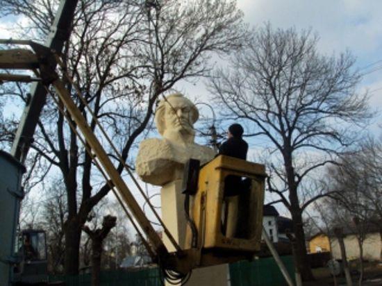 На Украине памятник Кутузову снесли с криками в поддержку УПА
