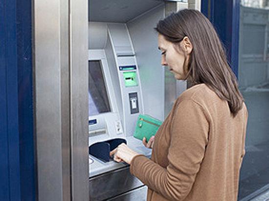 К осени зарплату и пенсию запретят перечислять на карты Visa и Mastercard