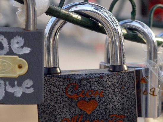 Подмосковные мосты могут обрушиться под весом семейного счастья?