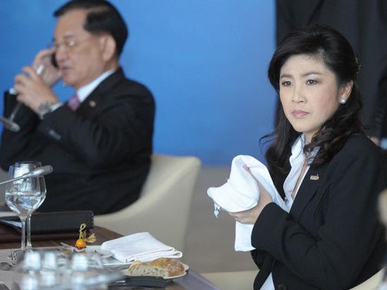Тайская полиция сменила слезоточивый газ на улыбки и объятия с оппозиционерами