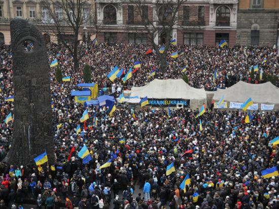 Протестующие украинцы осаждают правительство