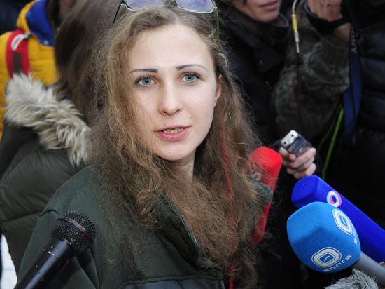 На Курском вокзале участница скандальной панк-группы пожелала Владимиру Путину удачи и сказала, что к диалогу с РПЦ она готова.