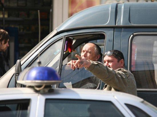 Разъяренные водители блокировали отделение полиции, устроив охоту на мошенника