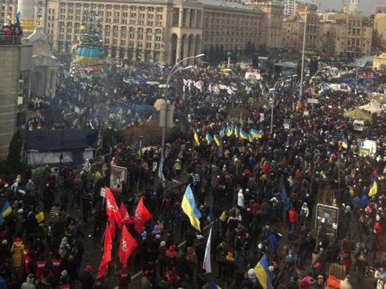 На акцию протеста в центре Киева вышли сотни тысяч человек