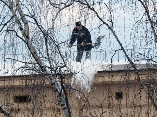 С крыши посольства Шри-Ланки в Москве упали уборщики снега
