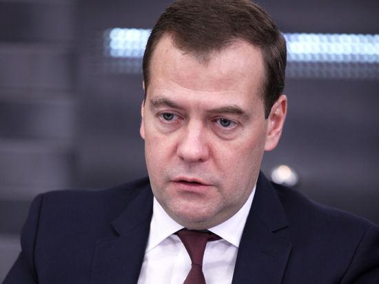 Десант Медведева в Крым: полуострову обещают новые дороги, пенсии и много вина