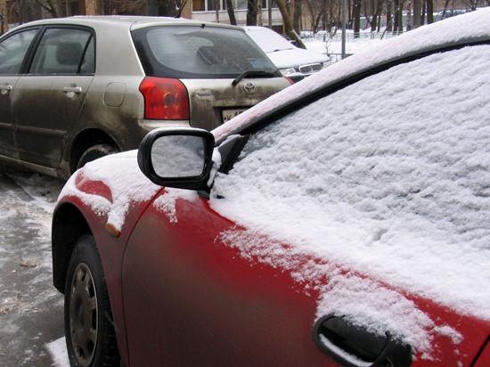 Сильный снегопад парализовал столичные дороги