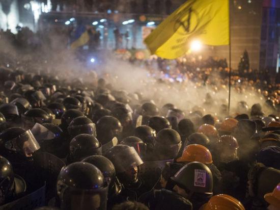 В центре Киева сооружаются баррикады из снега