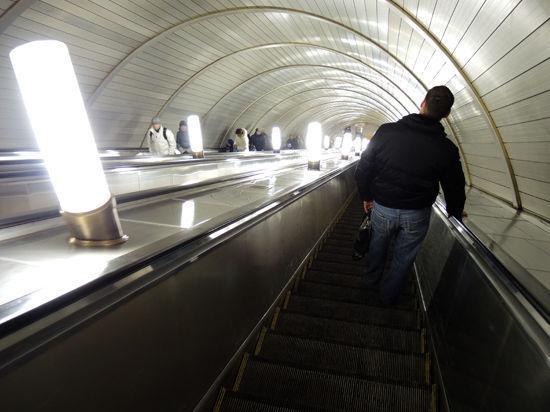 Шуба пассажирки парализовала станцию метро
