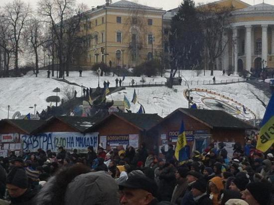 На Майдане поют песни УПА и пугают народ восстановлением Советского Союза