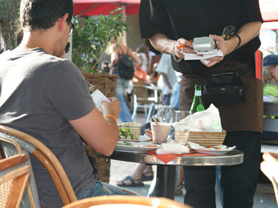 Посетителей летних кафе спрячут за стеклом
