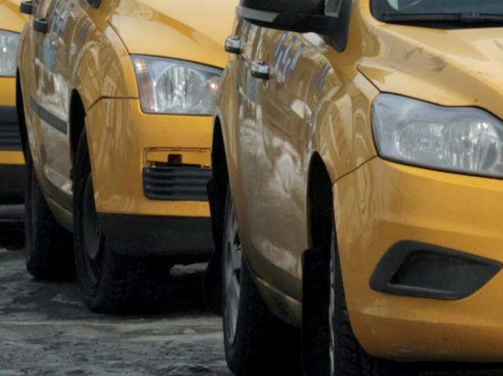 Банда налетчиков на Porsche Cayenne угнала два столичных такси