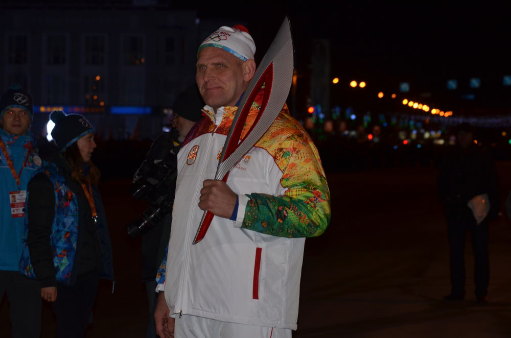 Редактор отдела спорта МК пронес факел с Олимпийским огонем по Новосибирску