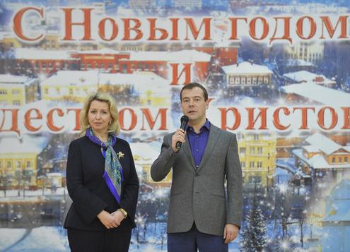 Медведев подарил детскому дому на Рождество автобус