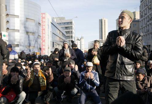 Мусульмане отмечают Курбан-байрам в мечетях и парках Москвы