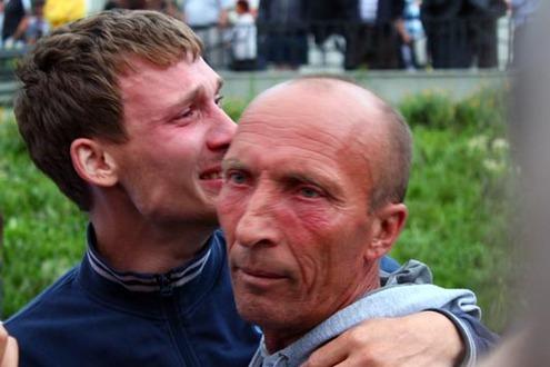 "Спасшиеся пассажиры теплохода ""Булгария"" на пристани в Казани"
