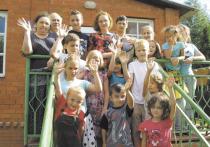 Необычные беженцы из Донбасса с 13 детьми зависли в охотничьем домике без движения – ни вперед, ни назад