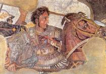 Курган Александра Македонского опоясан стеной, сверху - громадный лев, внутри - сфинксы и кариатиды